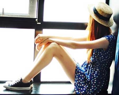 синее летнее платье в белый горошек и черные кеды