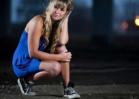 синее трикотажное платье со спортивными кедами