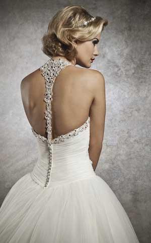 свадебное платье с открытой спиной и декором из жемчуга