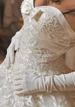 вышивка на свадебном платье и использованием жемчуга