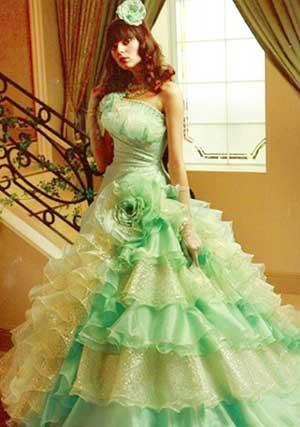 бело-зеленое свадебное платье с оборками